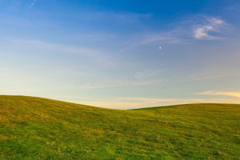 Πεδίο γκολφ με την κίτρινη σημαία στοκ εικόνες