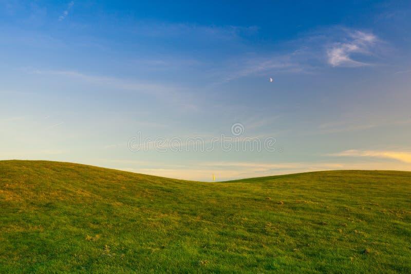 Πεδίο γκολφ με την κίτρινη σημαία στοκ εικόνες με δικαίωμα ελεύθερης χρήσης
