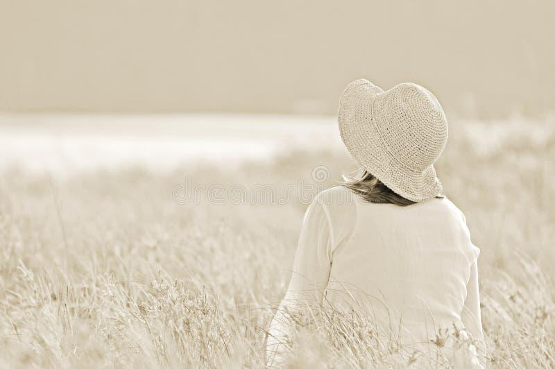 Πεδίο των ονείρων. Γυναίκα στο λιβάδι στοκ φωτογραφία με δικαίωμα ελεύθερης χρήσης