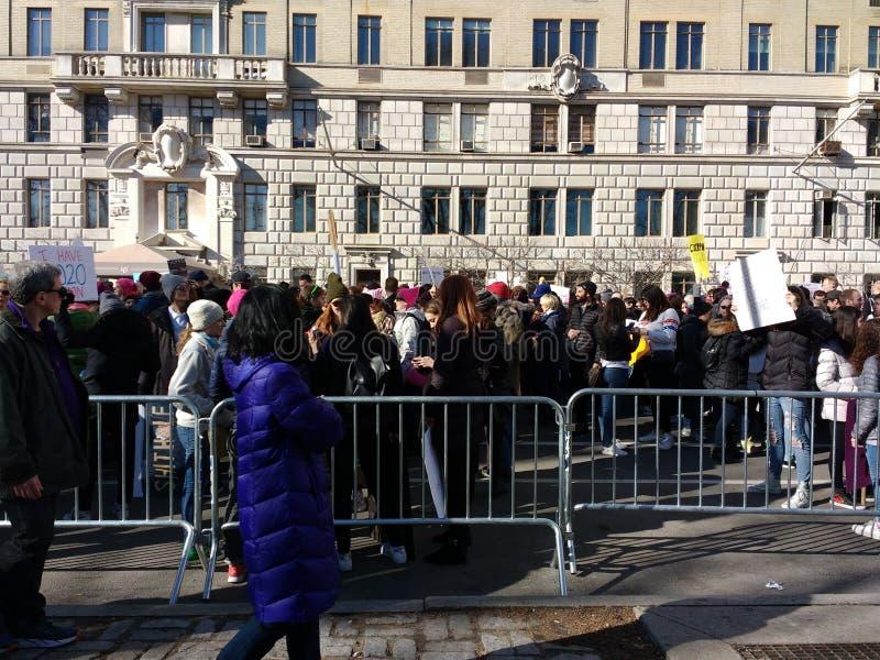 Πεζοί και διαμαρτυρόμενοι, γυναίκες ` s Μάρτιος, δύση του Central Park, NYC, Νέα Υόρκη, ΗΠΑ στοκ εικόνα