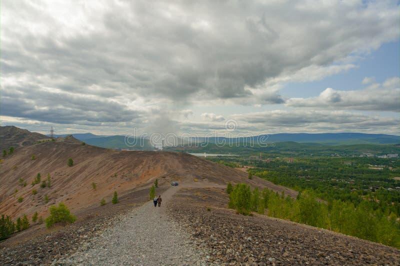 Πεζοί που κατεβαίνουν τον απότομο δρόμο βουνών στοκ εικόνες