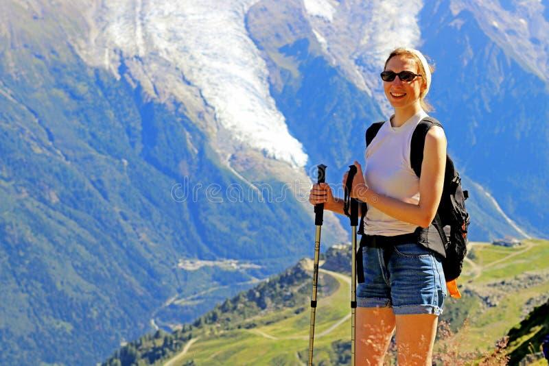 πεζοπορία γυναίκα που χαμογελά στον ορεινό όγκο της Mont Blanc κοντά σε Chamonix, Γαλλία στοκ εικόνες