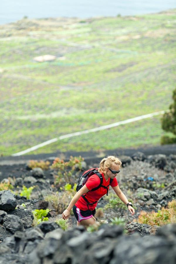 Πεζοπορία γυναίκα, δρομέας στα θερινά βουνά στοκ εικόνες