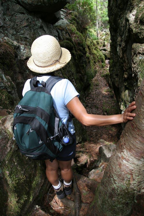 πεζοπορία διασπασμένη γυναίκα βράχου στοκ εικόνες με δικαίωμα ελεύθερης χρήσης
