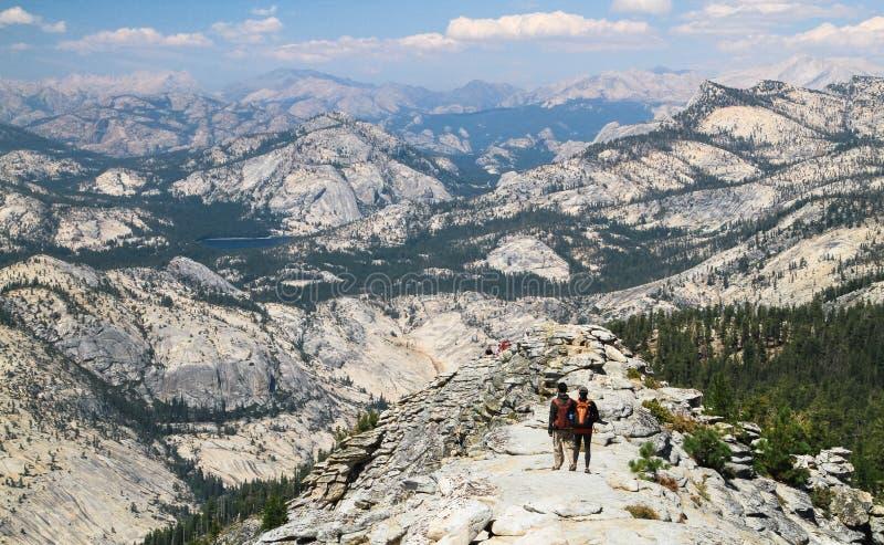 Πεζοπορία μεταξύ του επικού τοπίου στο βόρειο εθνικό πάρκο Yosemite, Καλιφόρνια στοκ φωτογραφία