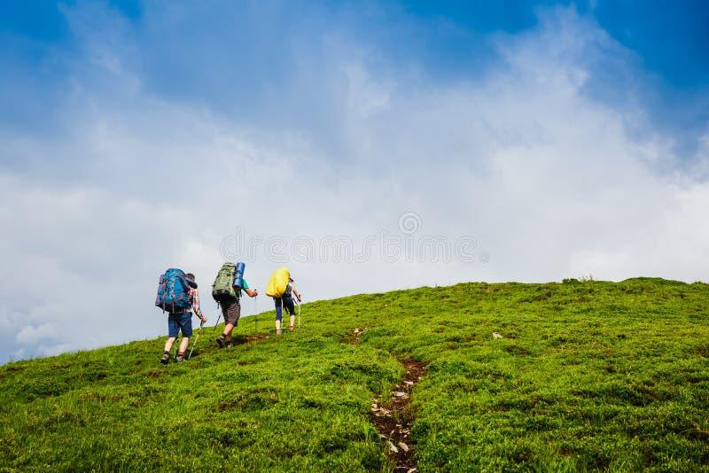 Πεζοπορία ομάδα στα θερινά βουνά στοκ εικόνες