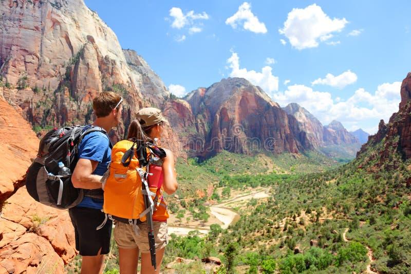 Πεζοπορία - οδοιπόροι που εξετάζουν το εθνικό πάρκο Zion άποψης στοκ φωτογραφίες με δικαίωμα ελεύθερης χρήσης