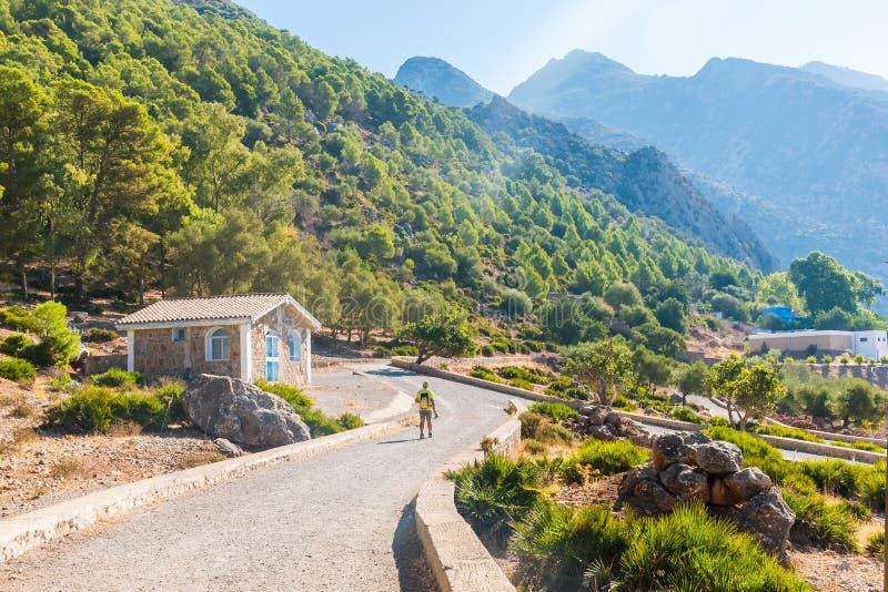 Πεζοπορία στα βουνά Rif του Μαρόκου κάτω από την πόλη Chefchaouen, Μαρόκο, Αφρική στοκ εικόνα