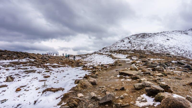 Πεζοπορία στην κορυφή του βουνού συριστήρων στοκ εικόνα