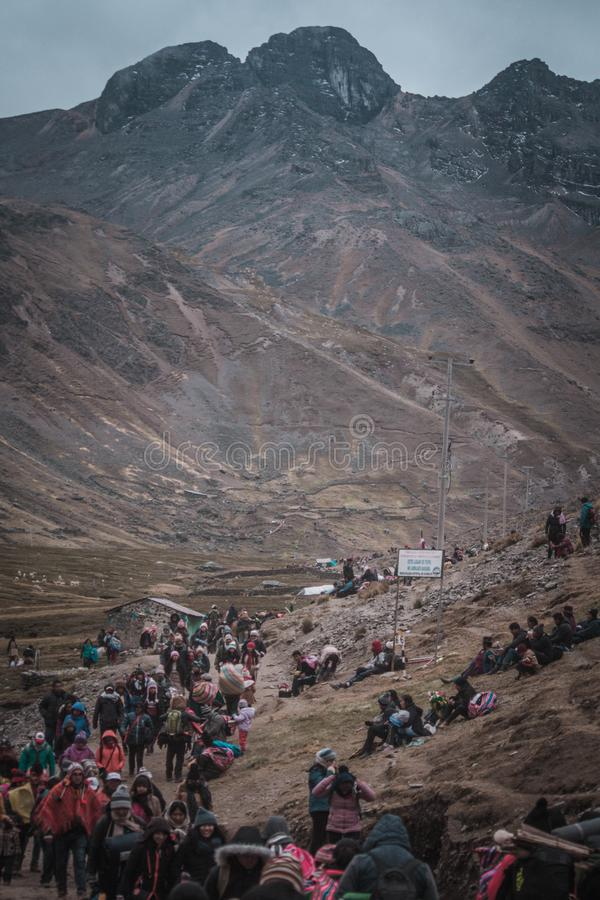 Πεζοπορία στη μέση των βουνών στοκ φωτογραφία με δικαίωμα ελεύθερης χρήσης