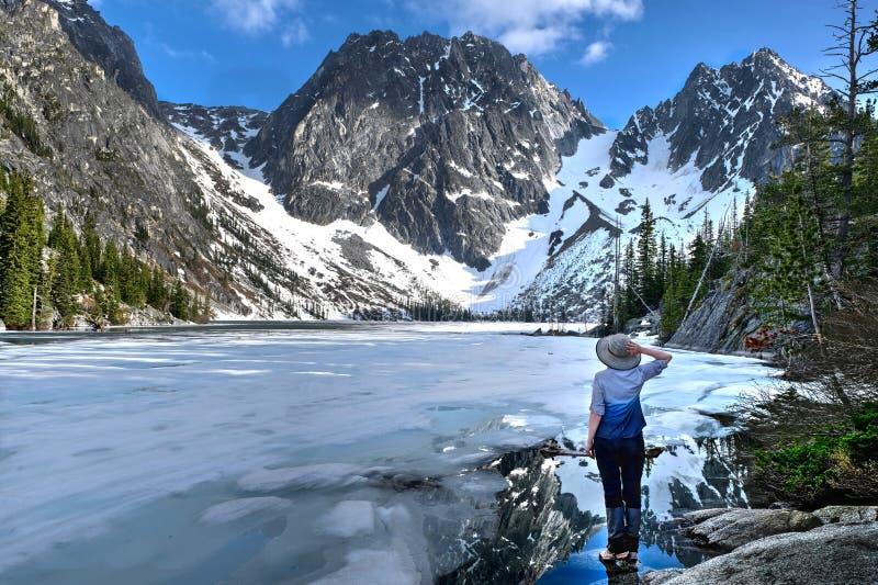 Πεζοπορία στο πολιτεία της Washington Γυναίκα που υπερασπίζεται την όμορφη λίμνη που καλύπτεται με τον πάγο στοκ φωτογραφία με δικαίωμα ελεύθερης χρήσης