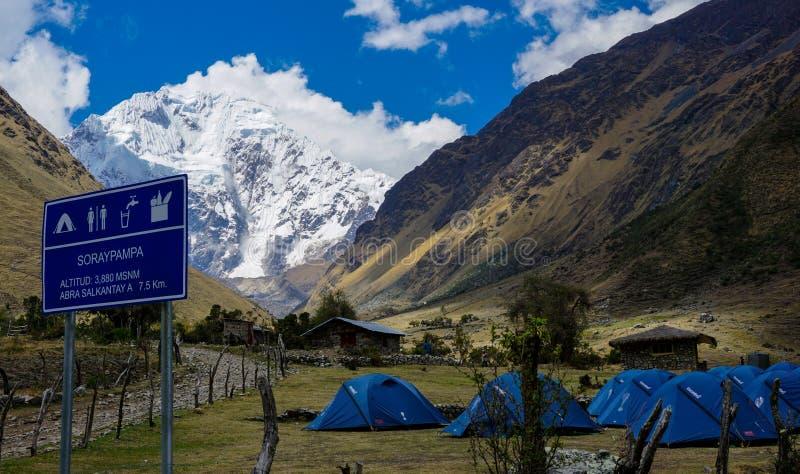 Πεζοπορώ βουνών Salkantay, Περού στοκ εικόνες