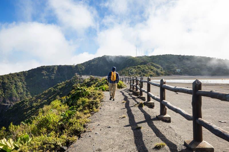 Πεζοπορώ στο ηφαίστειο στοκ φωτογραφία με δικαίωμα ελεύθερης χρήσης