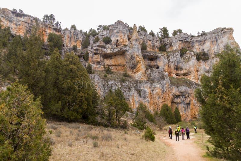 Πεζοπόροι από τα εκπληκτικά καρστικά βουνά στοκ φωτογραφία με δικαίωμα ελεύθερης χρήσης