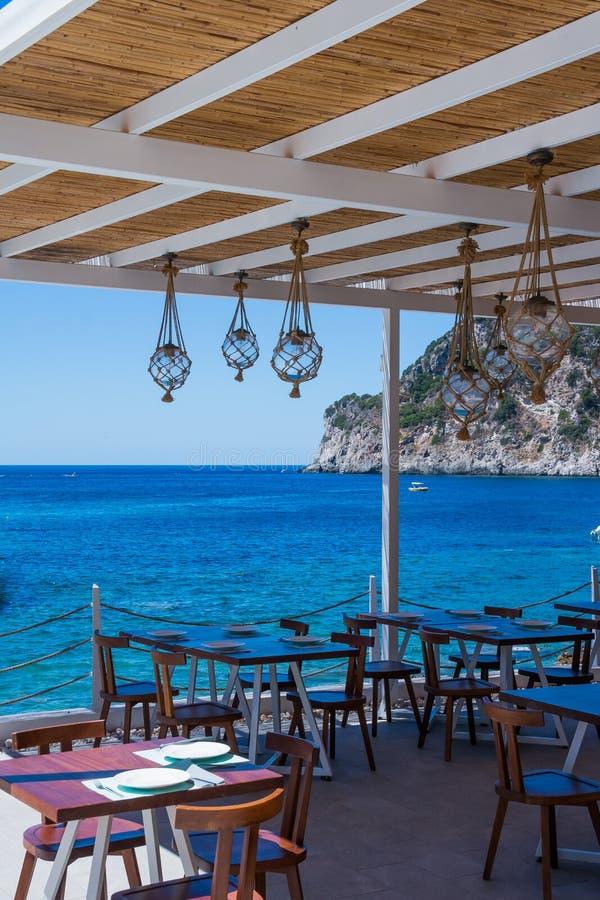 Πεζουλιών εστιατορίων άποψης θάλασσας θερινών περίπτερων ή εσωτερικό με τα ανοιγμένα γλιστρώντας παράθυρα, σύγχρονοι λαμπτήρες, δ στοκ φωτογραφίες με δικαίωμα ελεύθερης χρήσης