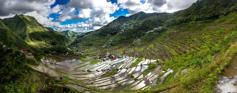 Πεζούλια ρυζιού και χωριό Banaue στις Φιλιππίνες στοκ φωτογραφία
