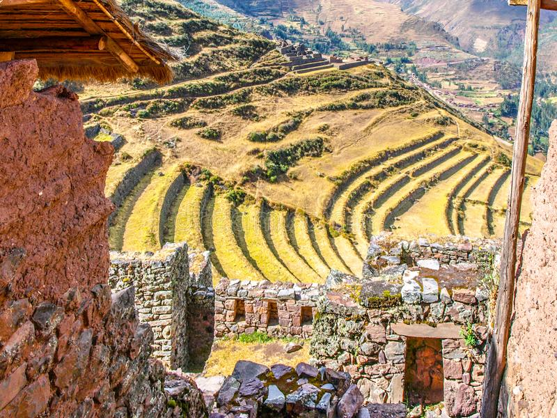 Πεζούλια των καταστροφών Pisac Ακρόπολη Incan στην ιερή κοιλάδα Urubamba, Περού στοκ φωτογραφία