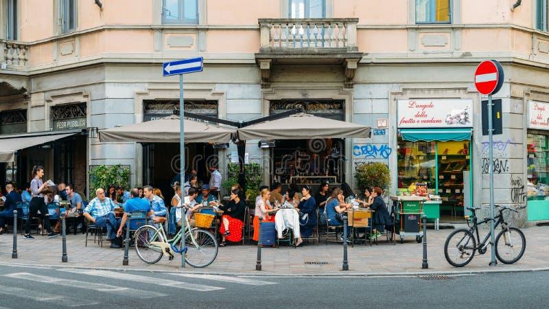 Πεζούλι καφέδων γωνιών του δρόμου στην περιοχή Porta Venezia του Μιλάνου, Λομβαρδία, Ιταλία στοκ φωτογραφία