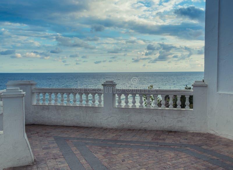Πεζούλι που αγνοεί τη θάλασσα στοκ εικόνα