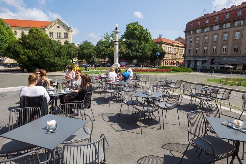Πεζούλι φραγμών καφέ του κροατικού εθνικού θεάτρου στοκ εικόνες