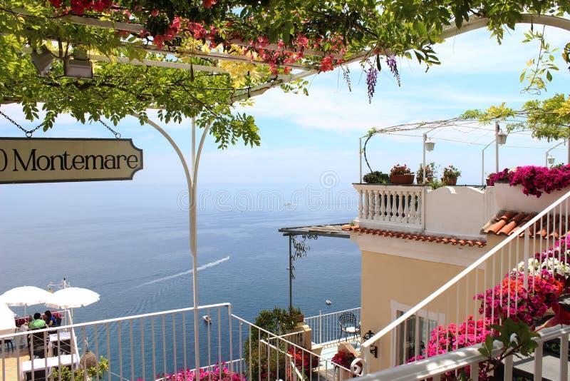 Πεζούλι ενός εστιατορίου στην ακτή της Αμάλφης στοκ φωτογραφία
