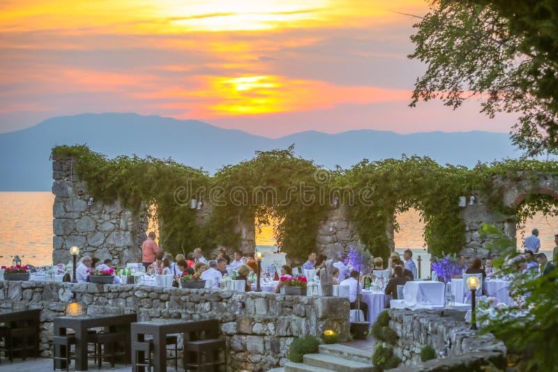Πεζούλι εστιατορίων στο ηλιοβασίλεμα στοκ εικόνα με δικαίωμα ελεύθερης χρήσης