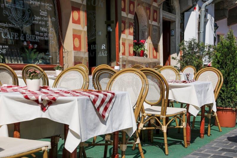Πεζούλι καφέδων στη μικρή ευρωπαϊκή πόλη Βουδαπέστη, Ουγγαρία στοκ φωτογραφίες