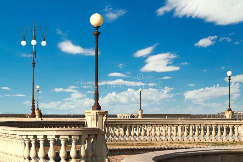 Πεζούλι Mascagni και οι λαμπτήρες οδών του (περίπατος Λιβόρνου, TU στοκ φωτογραφίες