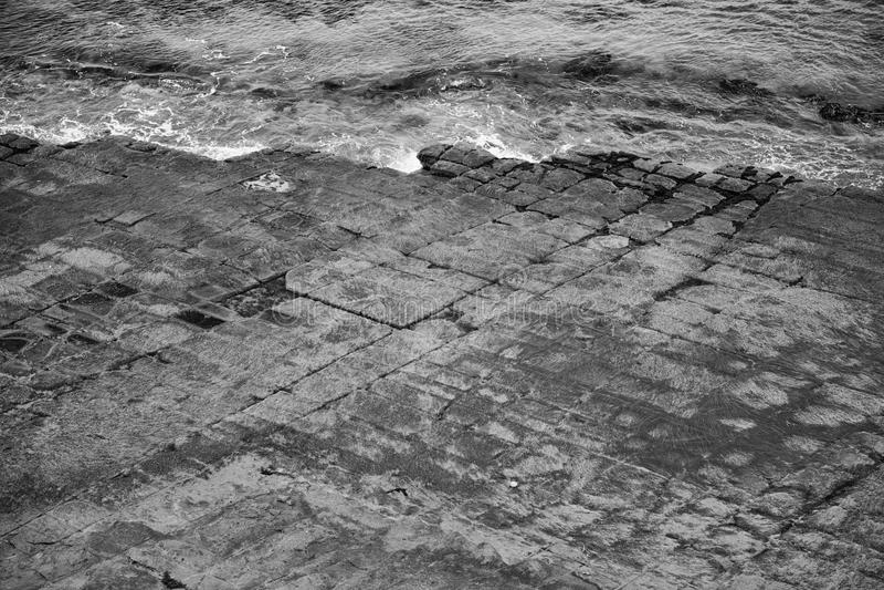 Πεζοδρόμιο Tessellated στον κόλπο πειρατών μαύρο λευκό στοκ εικόνες