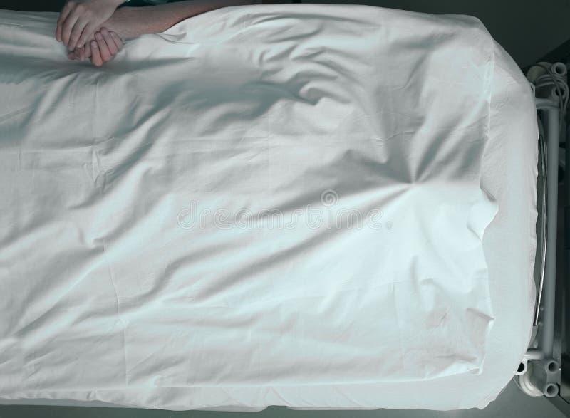 Πεθαίνοντας άτομο και θερμή αφή ενός αγαπώντας προσώπου στοκ εικόνα με δικαίωμα ελεύθερης χρήσης