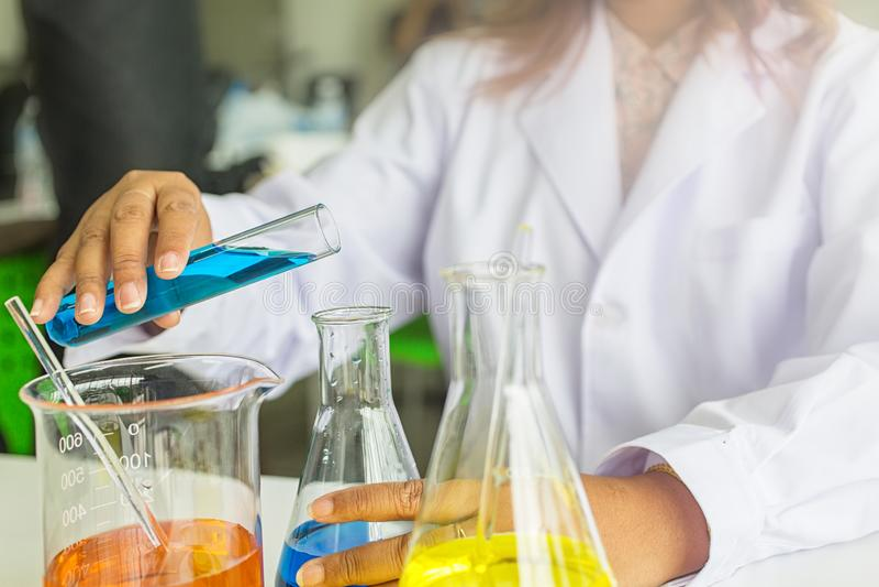 Πειράματα επιστήμης φαρμακοποιοί που διοργανώνουν τη συζήτηση στο εργαστήριο Βοηθητική εργασία επιστήμης στο χημικό εργαστήριο στοκ φωτογραφία