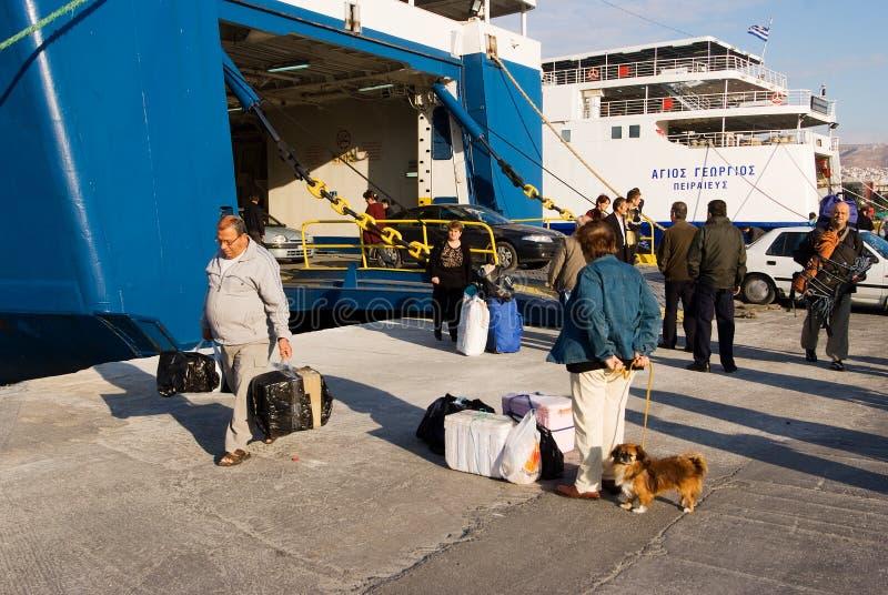 ΠΕΙΡΑΙΑΣ, ΕΛΛΑΔΑ: Ο λιμένας του Πειραιά καλύπτει συνήθως τα προγράμματα στα δημοφιλέστερα ελληνικά νησιά στοκ φωτογραφία με δικαίωμα ελεύθερης χρήσης