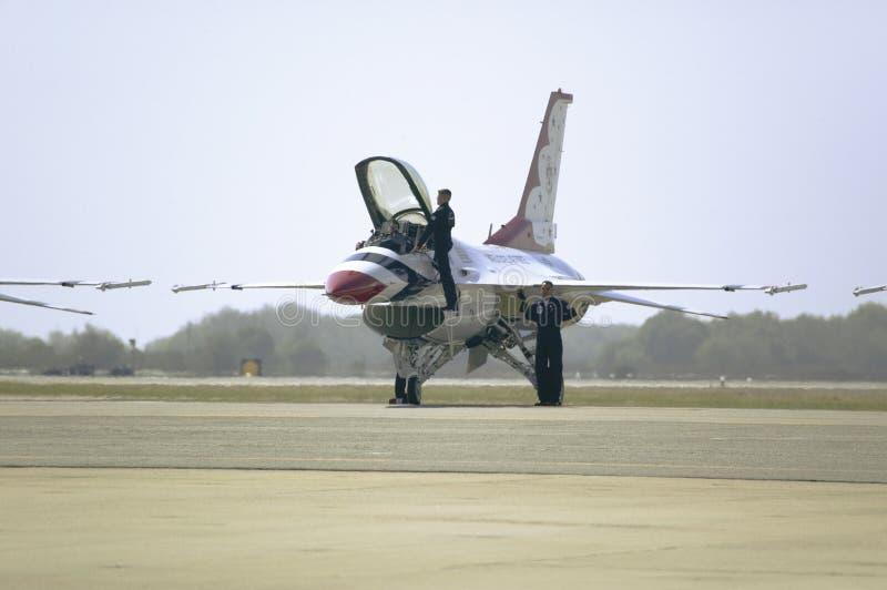 Πειραματική αναρρίχηση Πολεμικής Αεροπορίας των Η.Π.Α. φ-16C στα γεράκια πάλης στοκ φωτογραφία
