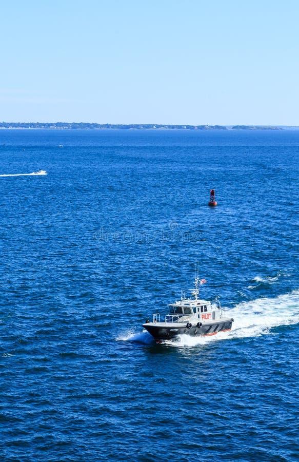 Πειραματική βάρκα μέσω του μπλε νερού στοκ εικόνες