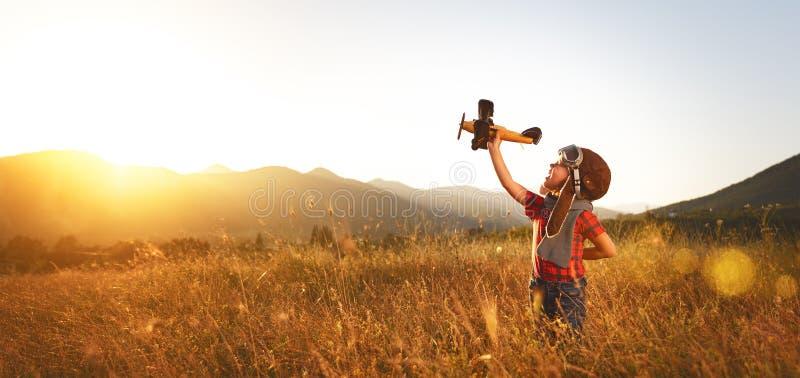 Πειραματικός αεροπόρος παιδιών με τα όνειρα αεροπλάνων του ταξιδιού το καλοκαίρι στοκ εικόνα με δικαίωμα ελεύθερης χρήσης