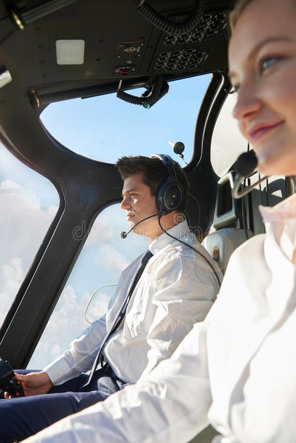 Πειραματικός και κοβάλτιο πειραματικοί στο πιλοτήριο του ελικοπτέρου στοκ εικόνες
