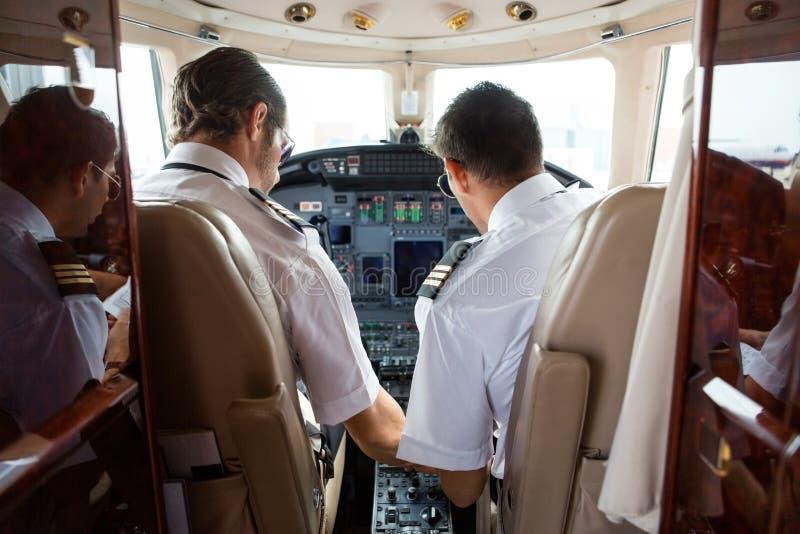 Πειραματικός και συγκυβερνήτης στο πιλοτήριο του εταιρικού αεριωθούμενου αεροπλάνου στοκ φωτογραφία με δικαίωμα ελεύθερης χρήσης