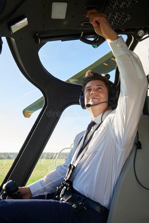 Πειραματικός στο πιλοτήριο του ελικοπτέρου πριν από την απογείωση στοκ φωτογραφίες