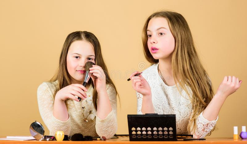 Πειραματισμός με το ύφος Τέχνη Makeup Ερευνήστε την έννοια τσαντών καλλυντικών Σαλόνι και επεξεργασία ομορφιάς Ακριβώς όπως το πα στοκ φωτογραφία