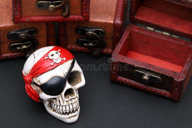 Πειρατής σκελετών με το στήθος θησαυρών στοκ φωτογραφία