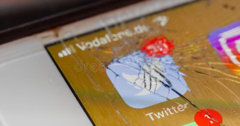 Πειραχτήρι app στη σπασμένη οθόνη στοκ εικόνες