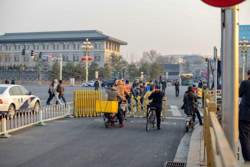 ΠΕΚΙΝΟ, ΚΙΝΑ - 12 ΜΑΡΤΊΟΥ 2016: Crossi πεζών και ποδηλατών στοκ φωτογραφίες