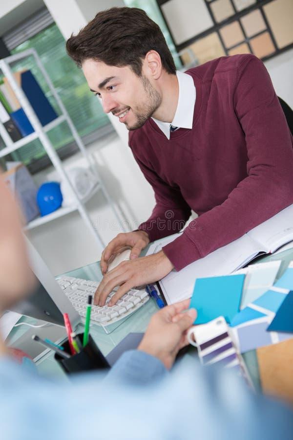 Πελάτης επιχειρηματιών στην αρχή στοκ εικόνα με δικαίωμα ελεύθερης χρήσης