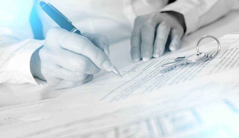 Πελάτης που υπογράφει μια σύμβαση ακίνητων περιουσιών  ελαφριά επίδραση στοκ φωτογραφία