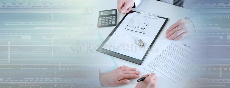 Πελάτης που υπογράφει μια σύμβαση ακίνητων περιουσιών (κείμενο Lorem Ipsum)  πανοραμικό έμβλημα στοκ εικόνα