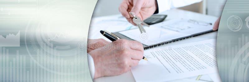 Πελάτης που υπογράφει μια σύμβαση ακίνητων περιουσιών (κείμενο Lorem Ipsum)  πανοραμικό έμβλημα στοκ φωτογραφίες με δικαίωμα ελεύθερης χρήσης