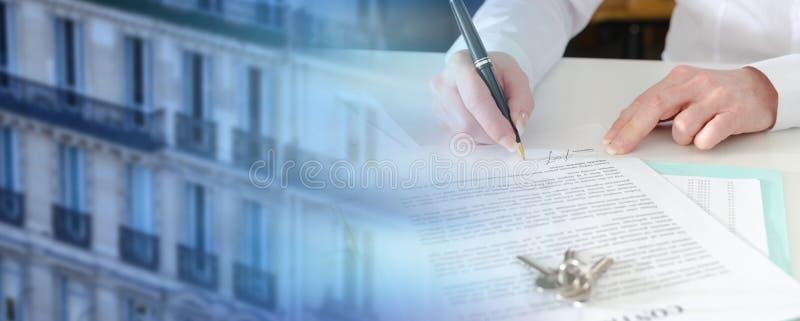 Πελάτης που υπογράφει μια σύμβαση ακίνητων περιουσιών  πολλαπλάσια έκθεση στοκ φωτογραφίες με δικαίωμα ελεύθερης χρήσης