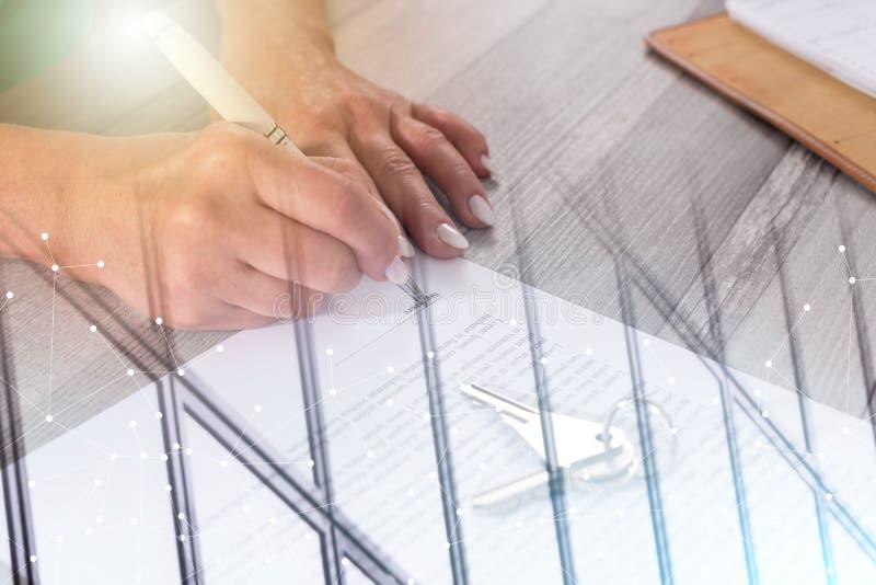 Πελάτης που υπογράφει μια σύμβαση ακίνητων περιουσιών  πολλαπλάσια έκθεση στοκ φωτογραφία με δικαίωμα ελεύθερης χρήσης