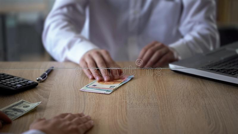 Πελάτης τράπεζας που ανταλλάσσει τα δολάρια για το ευρώ, υπηρεσία μετατροπέων χρημάτων, ξένο νόμισμα στοκ εικόνες