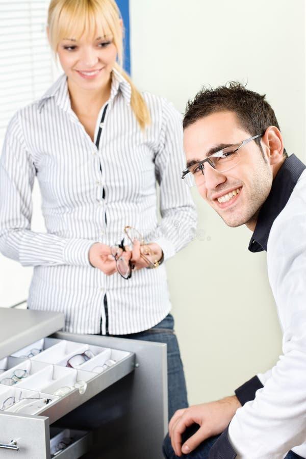 Πελάτης eyeglasses στο κατάστημα στοκ εικόνα με δικαίωμα ελεύθερης χρήσης